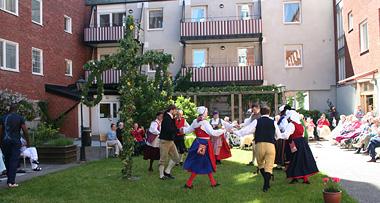 Midsommardans på Lisebergs äldreboende