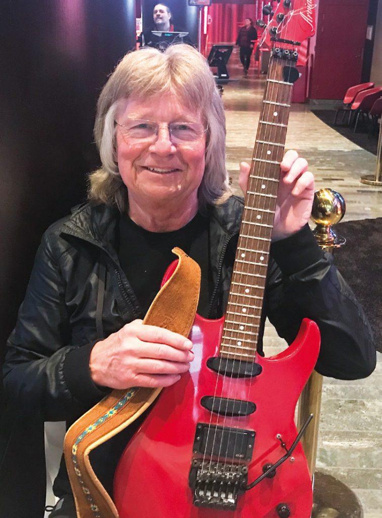 Janne Schaffer visade stolt upp sin fina Arvidson-gitarr.